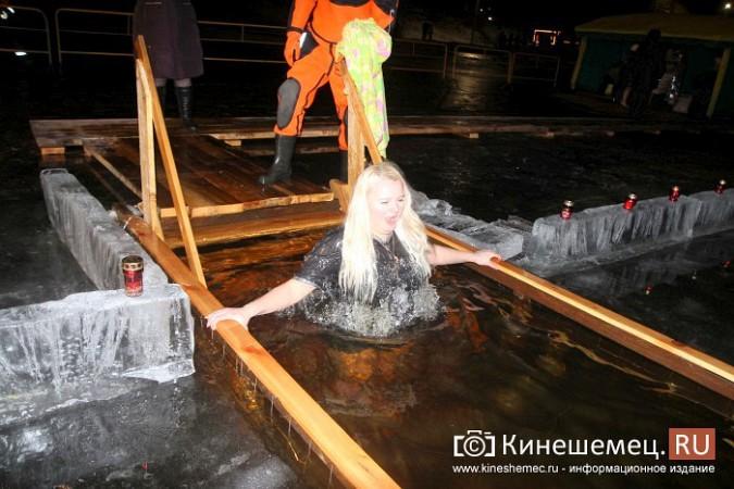 Сотни кинешемцев приняли участие в крещенских купаниях фото 13