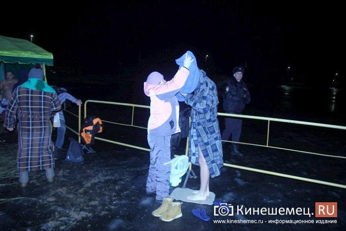 Сотни кинешемцев приняли участие в крещенских купаниях фото 15