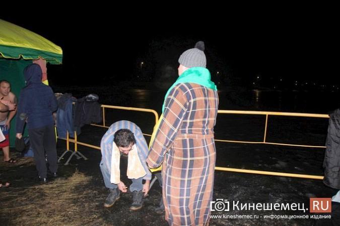 Сотни кинешемцев приняли участие в крещенских купаниях фото 16