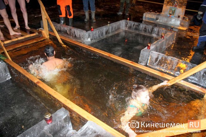 Сотни кинешемцев приняли участие в крещенских купаниях фото 23