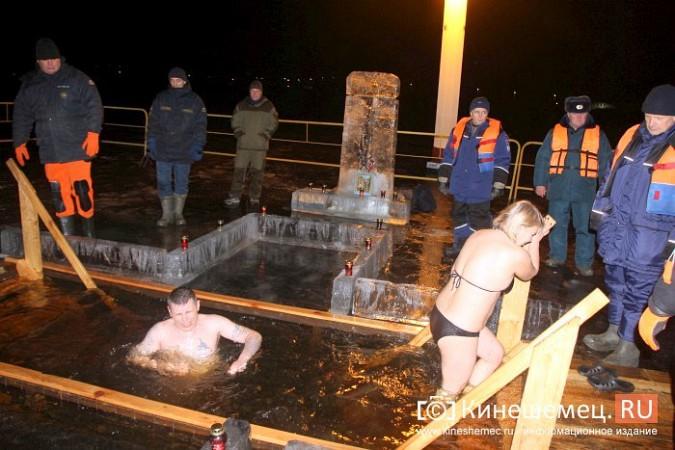 Сотни кинешемцев приняли участие в крещенских купаниях фото 22