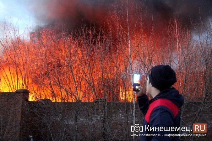 Более ста кинешемцев отказались от самоизоляции, чтобы оценить пожар на Фабрике №2 фото 5