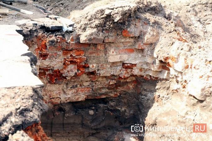 В центре Кинешмы, нарушая Уголовный кодекс, рабочие с металлоискателем ищут клад фото 2