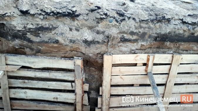 Строители в центре Кинешмы копают уже на месте братской могилы у Крестовоздвиженской часовни фото 8