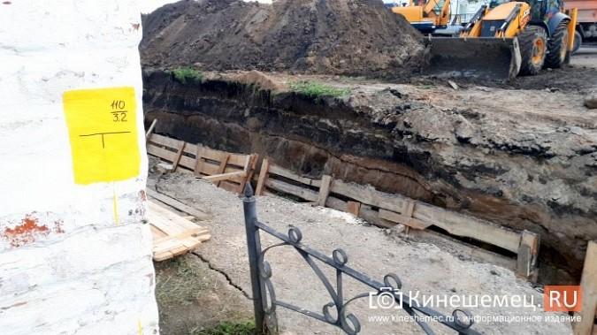 Строители в центре Кинешмы копают уже на месте братской могилы у Крестовоздвиженской часовни фото 12