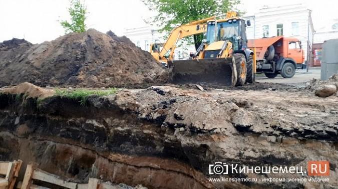 Строители в центре Кинешмы копают уже на месте братской могилы у Крестовоздвиженской часовни фото 7