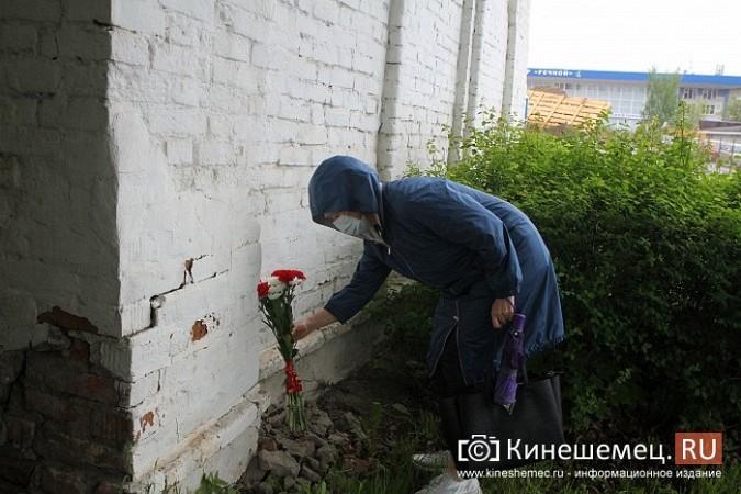 Кинешемцы просят прощения, стоя у развороченной в центре города братской могилы фото 10