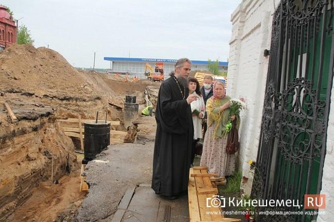Кинешемцы просят прощения, стоя у развороченной в центре города братской могилы фото 2