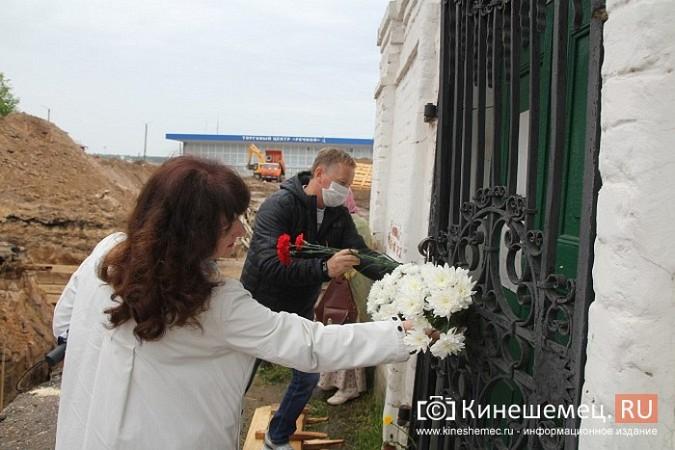 Кинешемцы просят прощения, стоя у развороченной в центре города братской могилы фото 6