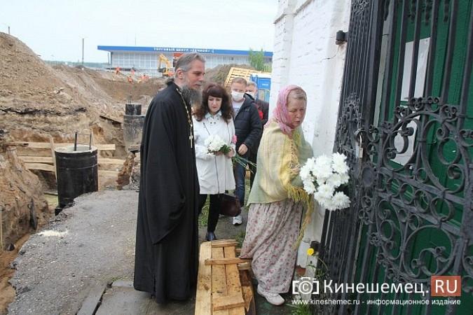 Кинешемцы просят прощения, стоя у развороченной в центре города братской могилы фото 11