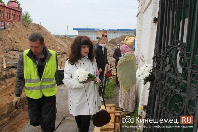 Кинешемцы просят прощения, стоя у развороченной в центре города братской могилы фото 7