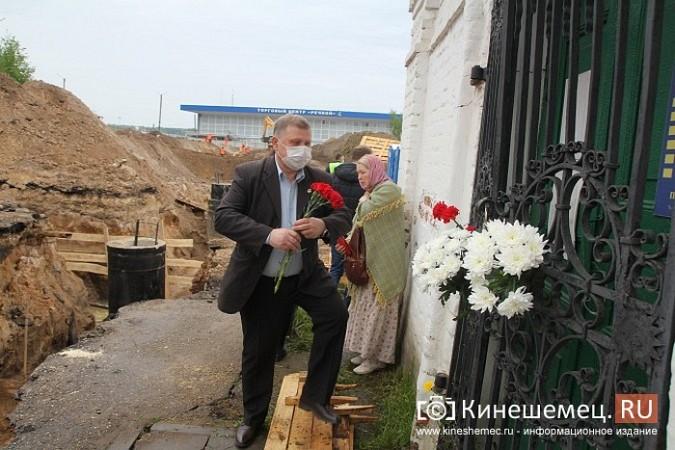 Кинешемцы просят прощения, стоя у развороченной в центре города братской могилы фото 8