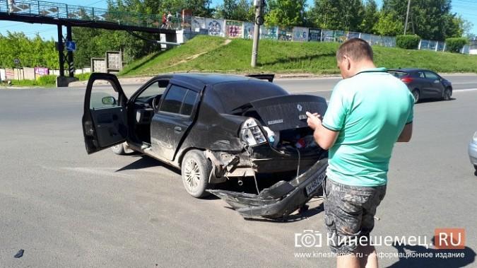 На перекрестке улиц Вичугской и Баха «Крайслер» протаранил «Рено» фото 2