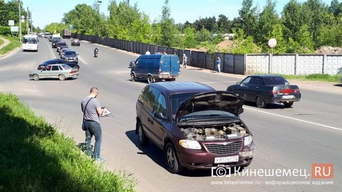 На перекрестке улиц Вичугской и Баха «Крайслер» протаранил «Рено» фото 4