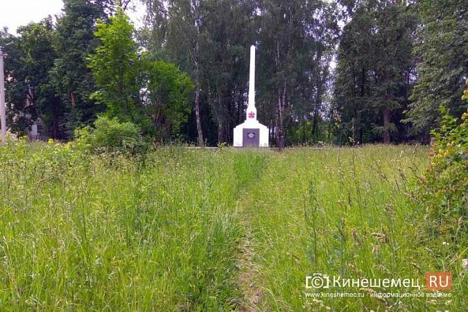 В Кинешме зарастает травой обелиск участникам Великой Отечественной войны фото 4