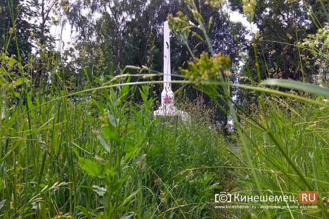 В Кинешме зарастает травой обелиск участникам Великой Отечественной войны фото 5