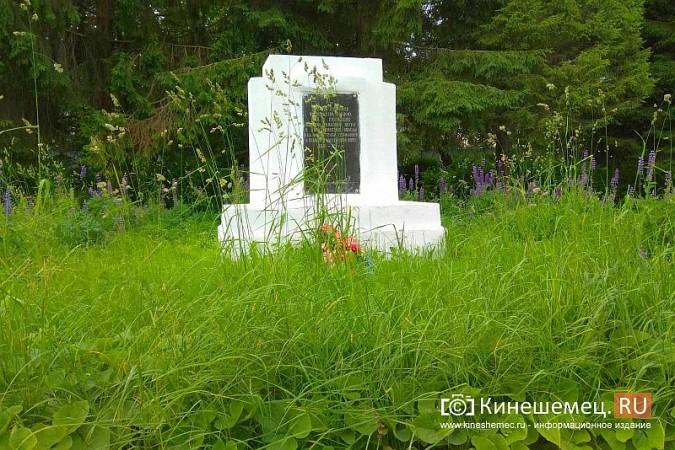 В Кинешме зарастает травой обелиск участникам Великой Отечественной войны фото 16