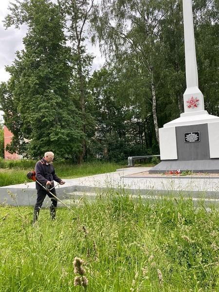 Предприниматель Гамарник, не дожидаясь властей, скосил траву у обелиска на «Лесозаводе» фото 6