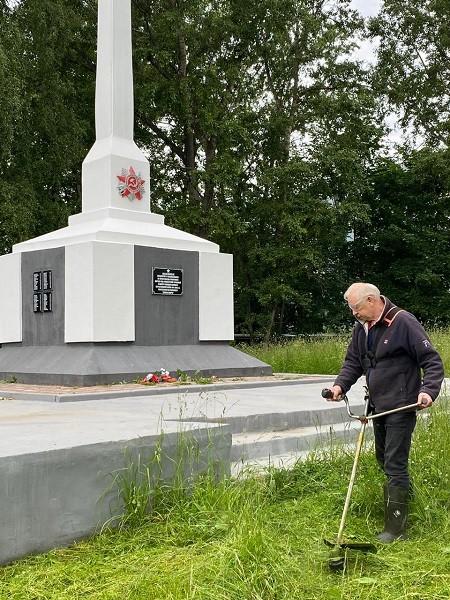 Предприниматель Гамарник, не дожидаясь властей, скосил траву у обелиска на «Лесозаводе» фото 3