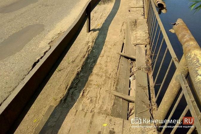 Кинешемские инвалиды, рискуя жизнью, пробираются по мосту через Казоху фото 4