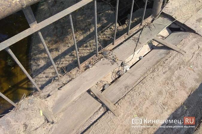 Кинешемские инвалиды, рискуя жизнью, пробираются по мосту через Казоху фото 5