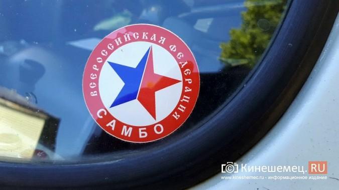 Видный чиновник Кинешмы паркует 2-тонный автомобиль на тротуарной плитке фото 6