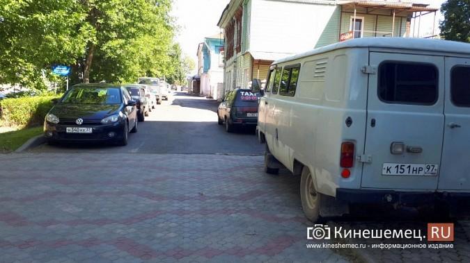 Видный чиновник Кинешмы паркует 2-тонный автомобиль на тротуарной плитке фото 7