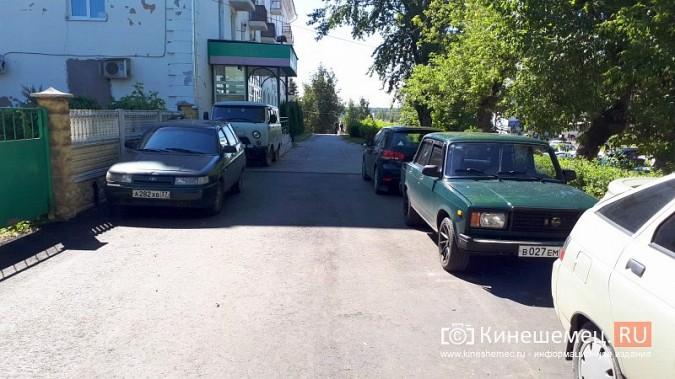 Видный чиновник Кинешмы паркует 2-тонный автомобиль на тротуарной плитке фото 3