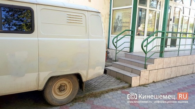 Видный чиновник Кинешмы паркует 2-тонный автомобиль на тротуарной плитке фото 4