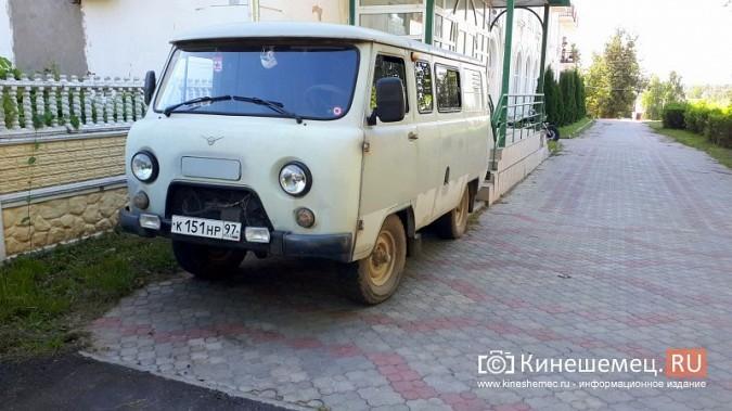 Видный чиновник Кинешмы паркует 2-тонный автомобиль на тротуарной плитке фото 2