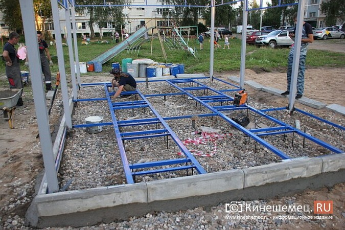 Во дворе девятиэтажки на улице Щорса устанавливают спортивную площадку фото 4