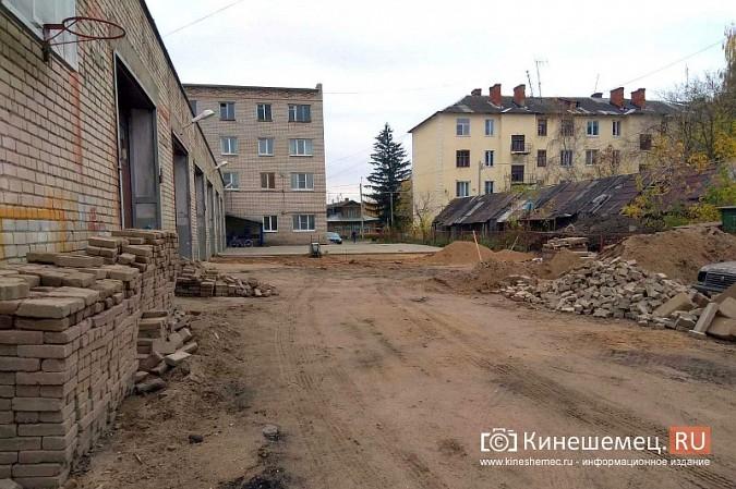 Двор пожарной части на ул.Островского мостят плиткой с Волжского бульвара фото 2