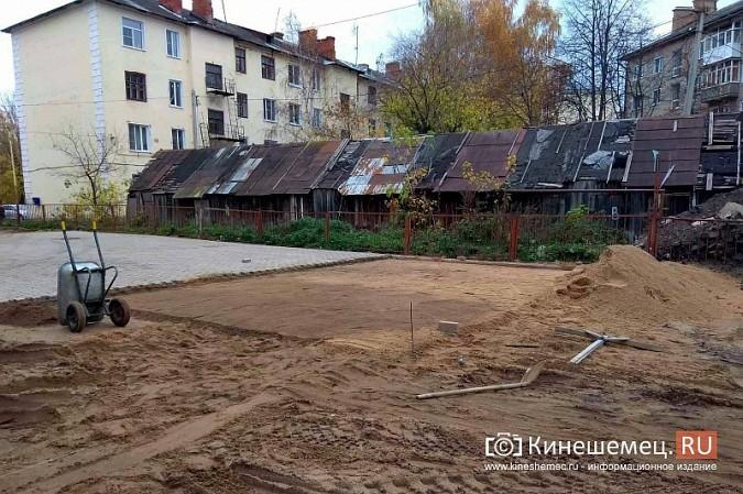 Двор пожарной части на ул.Островского мостят плиткой с Волжского бульвара фото 5