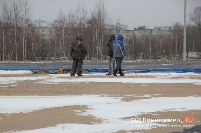 Переживет ли зиму уложенное в ненастье покрытие мини-стадиона на ул.Гагарина? фото 6