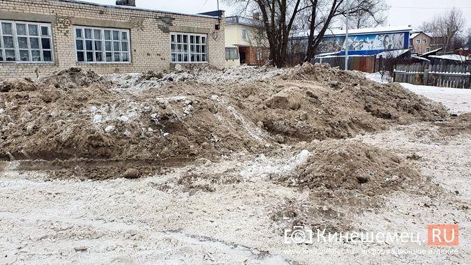 В Кинешме грязный снег свозят на муниципальную парковку у реки на ул.Рылеевской фото 3