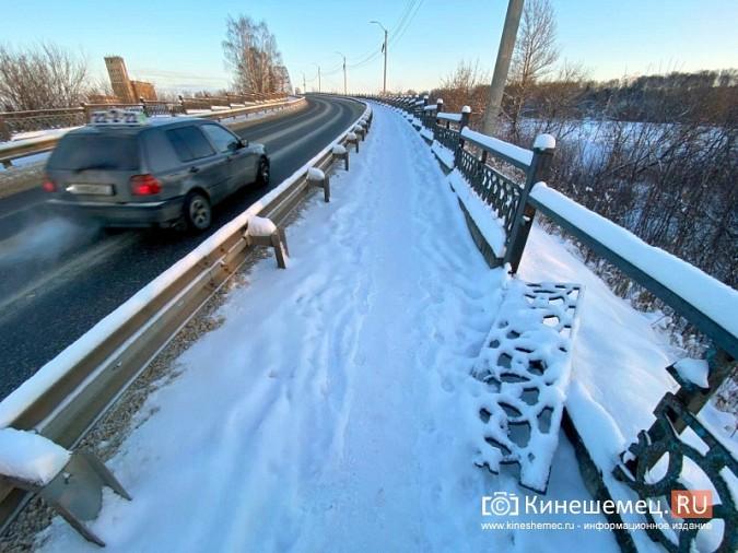 Неизвестные сломали еще одно ограждение на Никольском мосту фото 2