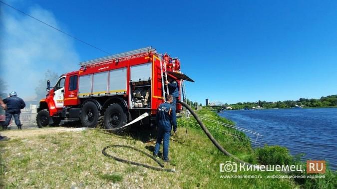 Пожарные расчеты Кинешмы стянуты на тушение дома в историческом центре города фото 11