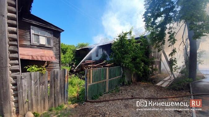 Пожарные расчеты Кинешмы стянуты на тушение дома в историческом центре города фото 4