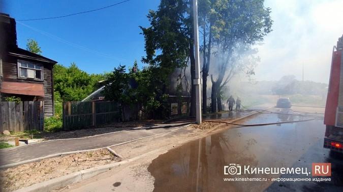 Пожарные расчеты Кинешмы стянуты на тушение дома в историческом центре города фото 12