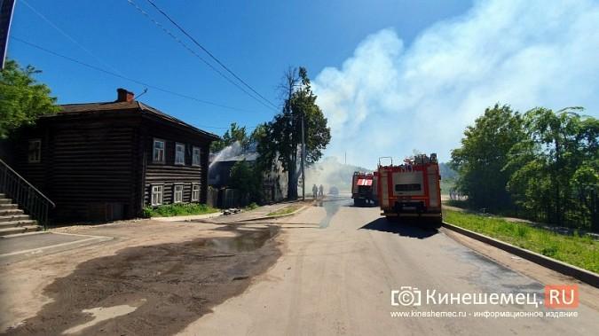 Пожарные расчеты Кинешмы стянуты на тушение дома в историческом центре города фото 13