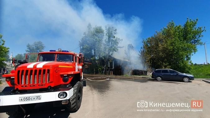 Пожарные расчеты Кинешмы стянуты на тушение дома в историческом центре города фото 5