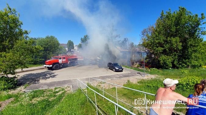 Пожарные расчеты Кинешмы стянуты на тушение дома в историческом центре города фото 10