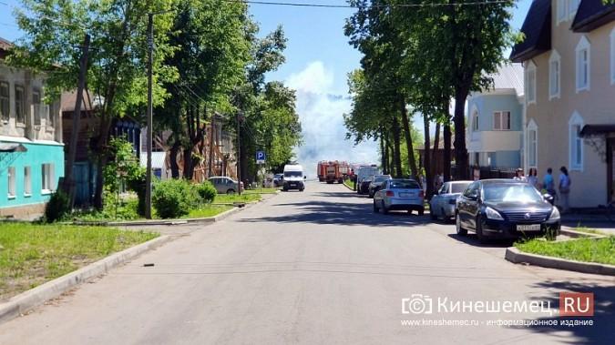 Пожарные расчеты Кинешмы стянуты на тушение дома в историческом центре города фото 14
