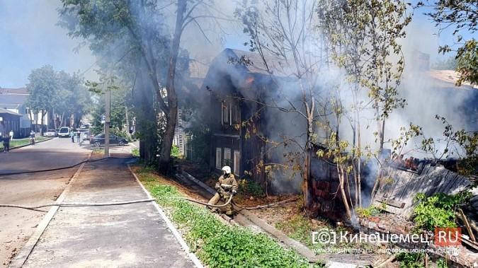 Пожарные расчеты Кинешмы стянуты на тушение дома в историческом центре города фото 2