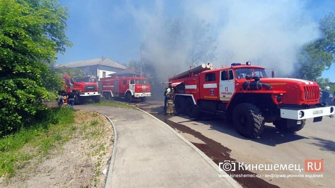 Пожарные расчеты Кинешмы стянуты на тушение дома в историческом центре города фото 3
