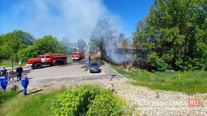 Пожарные расчеты Кинешмы стянуты на тушение дома в историческом центре города фото 6