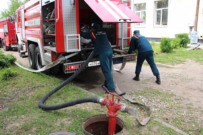 Спасатели на «удовлетворительно» справились с задачей спасения людей из горящего ГДК фото 11