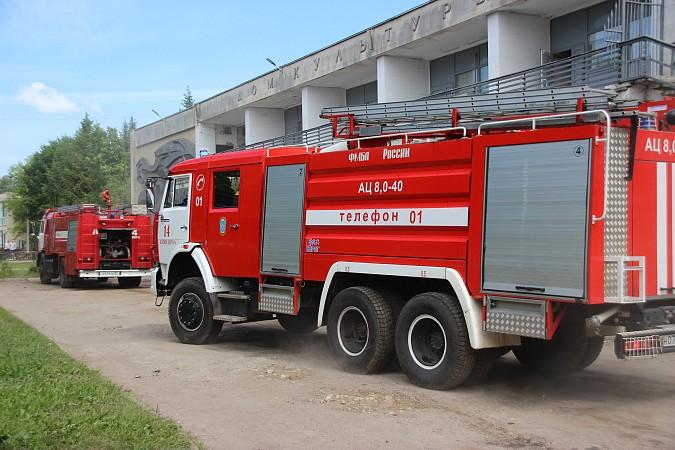 Спасатели на «удовлетворительно» справились с задачей спасения людей из горящего ГДК фото 2