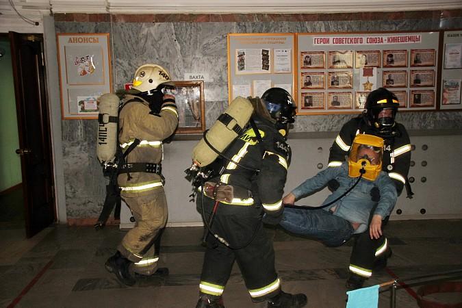 Спасатели на «удовлетворительно» справились с задачей спасения людей из горящего ГДК фото 6