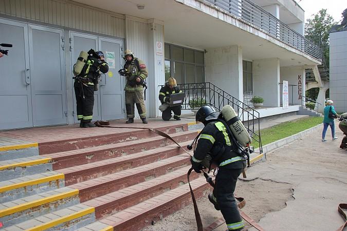 Спасатели на «удовлетворительно» справились с задачей спасения людей из горящего ГДК фото 4